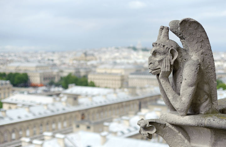 Bored_Gargoyle_at_Notre_Dame_de_Paris